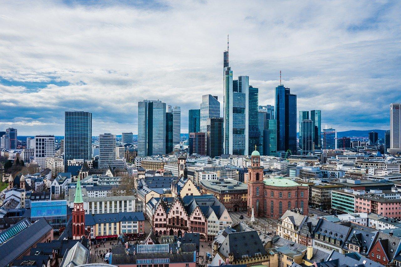Bild von Frankfurt, dem Sitz vieler Banken, die Exportfinanzierung anbieten